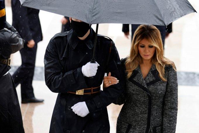 2020년 11월12일(현지시간) 트럼프 대통령과 함께 재향군인의 날 행사에 찾은 멜라니아 여사가 군인의 팔을 잡고 걷고 있다. /사진=로이터