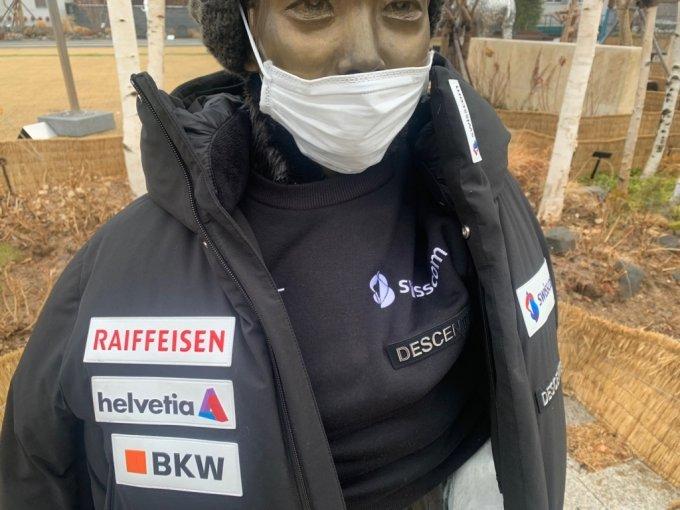 22일 오전 10시쯤 서울 강동구청 앞 평화의소녀상에 일본 기업 데상트의 제품이 입혀져 있다./사진=이강준 기자