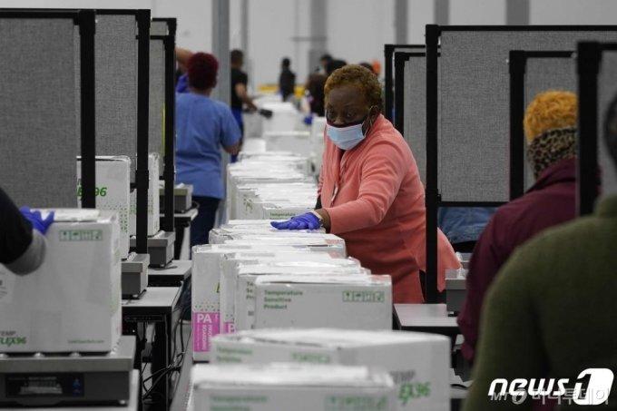 (올리브 브랜치 AFP=뉴스1) 우동명 기자 = 20일(현지시간) 미시시피주 올리브 브랜치에 있는 의약품 유통업체 매케슨에서 근로자들이 모더나의 코로나19 백신 배송작업를 하고 있다.  ⓒ AFP=뉴스1