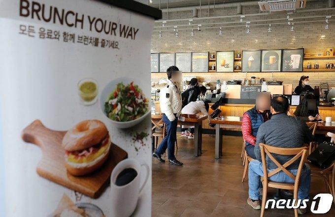 포장·배달만 가능했던 카페에서 매장 내 취식이 가능해진 18일 대전시내 카페를 찾은 시민들이 테이블에 앉아 커피를 마시고 있다. 2021.1.18/뉴스1 © News1 김기태 기자