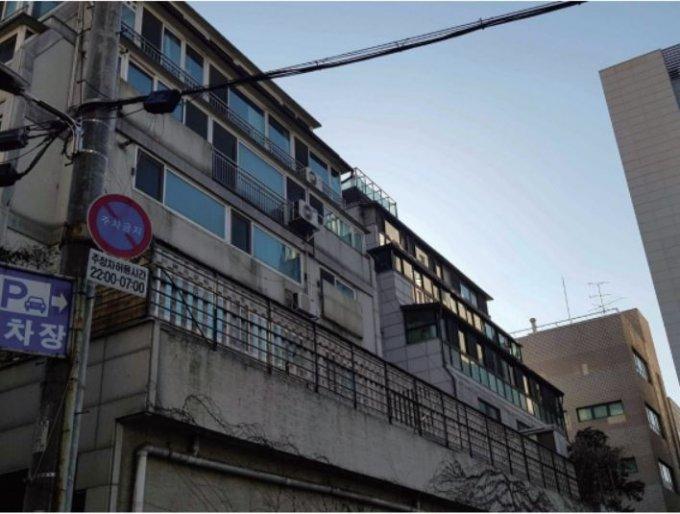 일조권 사선 제한으로 계단형으로 생긴 건물에 불법으로 베란다를 확장한 사례/사진= 대한건축사협회 토론 자료집