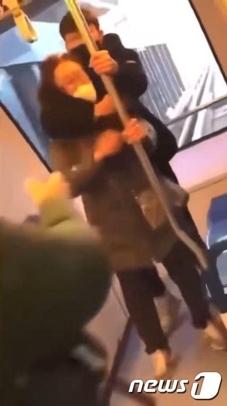 의정부경전철 내부에서 여성 노인을 폭행하는 중학생 (SNS에 퍼진 영상 일부 캡처) © 뉴스1