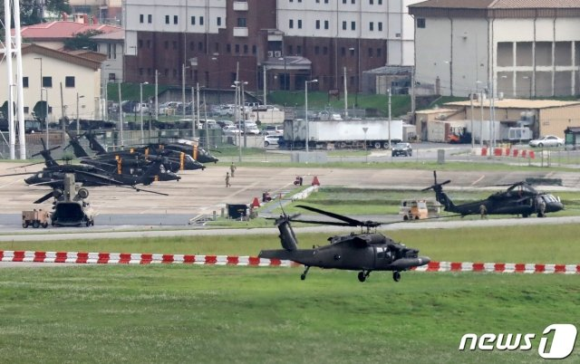(평택=뉴스1) 조태형 기자 = 한미 연합훈련의 사전 연습 성격인 위기관리참모훈련이 시작된 11일 오후 경기도 평택 캠프 험프리스에 헬기들이 계류돼 있다.   한국과 미국 군은 예년보다 축소된 규모로 오는 16일부터 28일까지 연합군사훈련을 할 것으로 알려졌으며 방어 중심의 컴퓨터 시뮬레이션(모의실험) 훈련으로 진행된다. 2020.8.11/뉴스1