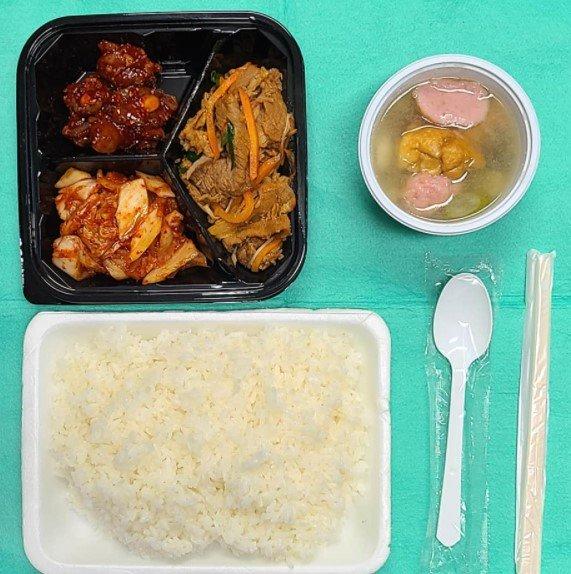하루 세 끼를 먹는 게 당연하다고 여기고, 다이어트가 일상이 된 사회에서, 하루 한 끼를 먹기 위해 안나의 집을 찾아오는 사람들이 있다./사진=김하종 신부 페이스북