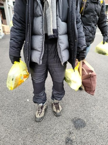 안나의 집서 정성껏 만든 도시락을 손에 든 노숙인./사진=김하종 신부 페이스북