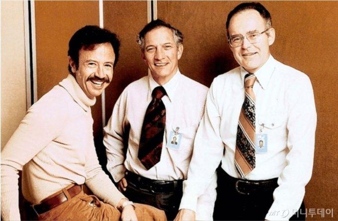 1968년 설립된 인텔 창업자와 1호 사원. 사진 왼쪽부터 1호 사원이자 창업동지인 앤디 그로브, 공동창업자인 로버트 노이스(가운데), 공동창업자인 고든 무어(오른쪽)./사진제공=인텔
