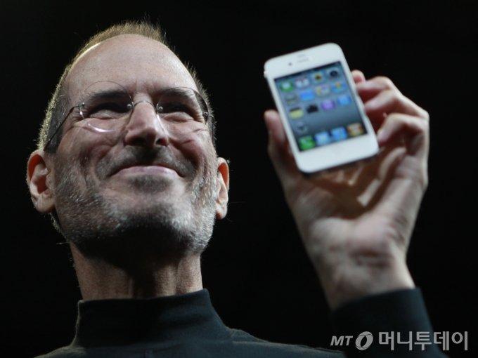 스티브 잡스가 2010년 7월 신제품 아이폰을 들어보이고 있다. / 사진제공=뉴시스