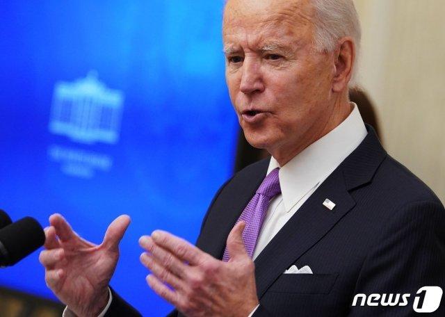 (워싱턴 AFP=뉴스1) 우동명 기자 = 조 바이든 미국 대통령이 21일(현지시간) 워싱턴 백악관의 스테이트 다이닝룸에서  코로나19 관련 행정명령에 서명하기 전에 브리핑을 하고  있다  ⓒ AFP=뉴스1
