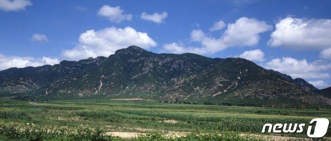 황해남도 신원군에 있는 장수산 전경. 오른쪽 능선 위로 장수산성 성곽이 보인다. (미디어한국학 제공) 2021.01.23.© 뉴스1
