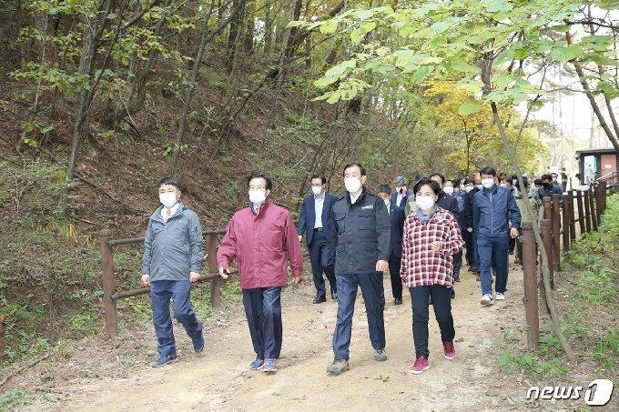 21일 충북 충주시와 경북 문경시 관계자들이 하늘재 공동 개발 협약을 하고 함께 하늘재 탐방로를 걷고 있다.(충주시 제공)2020.10.21/© 뉴스1