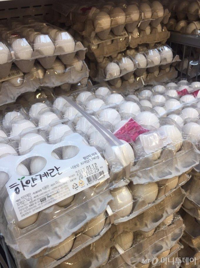23일 오전 롯데마트 서울역점에 대형마트 업계에서 최초로 도입된 미국산 '하얀 계란'이 진열돼 있다. 30알 1판에 8490원에 판매되고 있다. / 사진=박진영