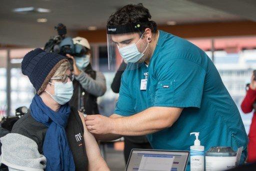 15일(현지시간) 미국 매사추세츠주 폭스보로 질레트스타디움에서 백신 접종이 이뤄지고 있다. 미국 각 주들은 야구 경기장을 백신 접종센터로 개조해 사용하고 있다./사진=AFP