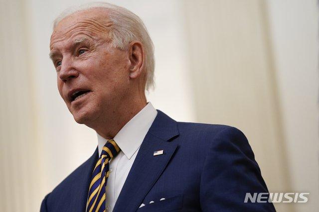 [워싱턴=AP/뉴시스]조 바이든 신임 미국 대통령이 22일(현지시간) 백악관 스테이트다이닝룸에서 발언하고 있다. 2021.01.23.