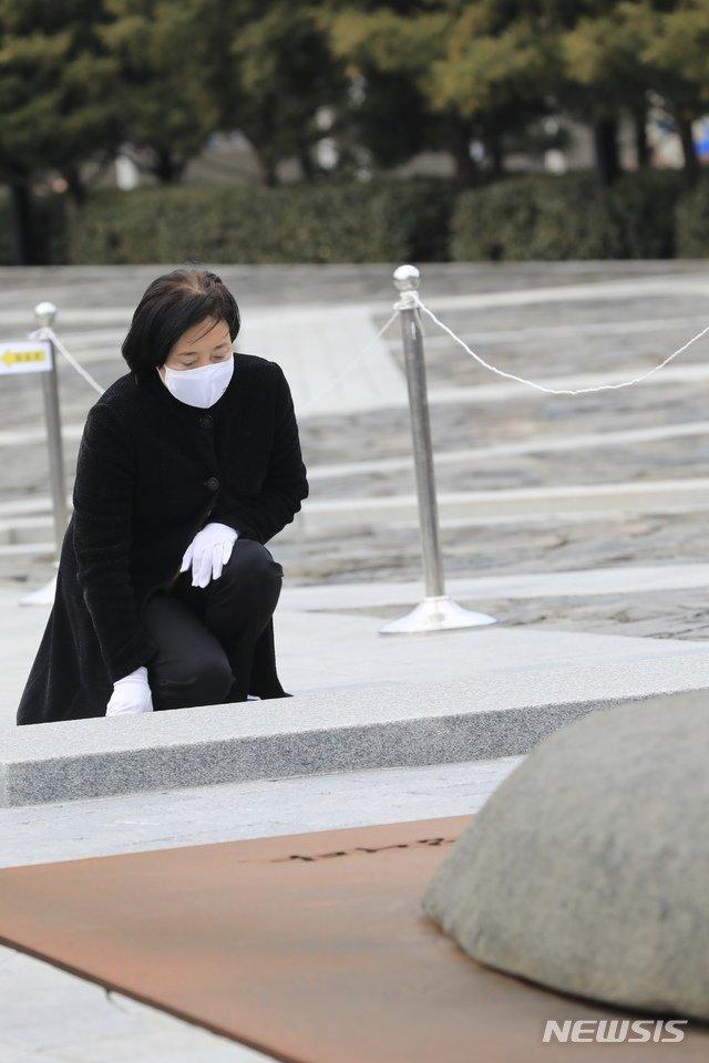 박영선 전 중소벤처기업부 장관이 24일 경남 김해 봉하마을을 찾아 고(故) 노무현 전 대통령 묘역을 참배하고 있다. / 사진제공=뉴시스