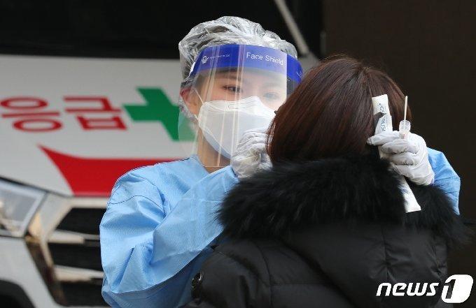 전 대덕보건소에 마련된 선별진료소에서 시민들이 검사를 받고 있다. 뉴스1 © News1 김기태 기자