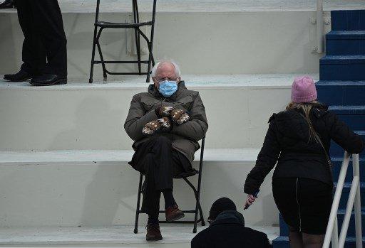 버니 샌더스 민주당 상원의원이 20일(현지시간) 미국 워싱턴DC 연방의회 의사당에서 열린 조 바이든 대통령 취임식에 참석하고 있다. 이날 점퍼 차림에 벙어리 장갑을 끼고 나온 그의 패션은 '샌더스 밈' 인기로 이어지고 있다./사진=AFP