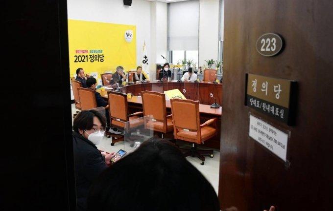 김종철 정의당 대표가 성추행 혐의를 인정하고 사퇴한 가운데 25일 서울 여의도 국회 정의당 당대표실에서 부대표단이 모여 회의를 하고 있다. / 사진=공동취재사진(뉴시스)