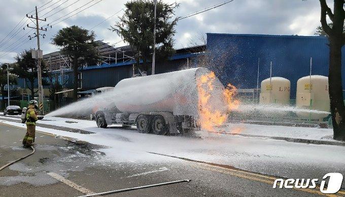 25일 오전 11시20분쯤 경북 포항시 남구 대송면 옥명공원 인근 도로에서 119대원들이 LPG탱크로리 화재를 진압한 후 안전 조치를 하고 있다. 이날 불은 A공장 LPG저장소에 충전을 하던 대형탱크로리에서 원인을 알 수 없는 불이 나 불을 끄던 70대 운전기사가 온몸에 화상을 입고 병원으로 이송됐다. (포항남부소방서제공)2021.1.25/뉴스1 © News1 최창호 기자