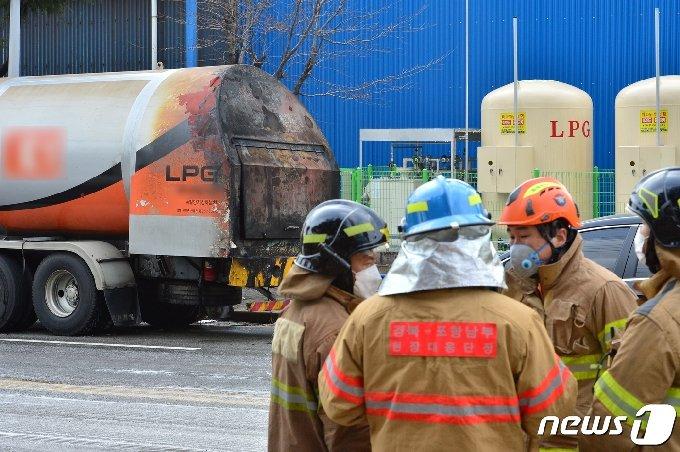 25일 오전 11시20분쯤 경북 포항시 남구 대송면 옥명공원 인근 도로에서 119대원들이 LPG탱크로리 화재를 진압한 후 안전 조치를 하고 있다. 이날 불은 A공장 LPG저장소에 충전을 하던 대형탱크로리에서 원인을 알 수 없는 불이 났다. 2021.1.25/뉴스1 © News1 최창호 기자