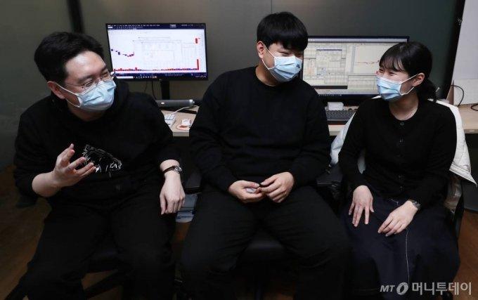 김성효씨(왼쪽부터), 한동원씨, 조현아씨가 22일 서울 서초구에 위치한 공유오피스에서 이야기를 나누고 있다. / 사진=김휘선 기자 hwijpg@