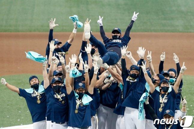 2020 한국시리즈 우승 후 선수들의 헹가래를 받고 있는 김택진 NC 구단주. /사진=뉴스1