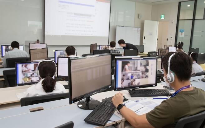 지난해 삼성그룹 대졸(3급) 온라인 GSAT(삼성직무적성검사) 감독 모습/사진제공=삼성전자