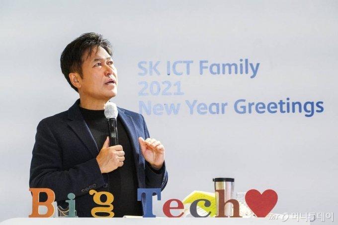 박정호 SKT 사장이 4일 SK텔레콤 을지로 본사에서 열린 '2021년 SK ICT 패밀리 신년인사회'에서 신년 메시지를 발표하고 있다. / 사진제공=외부