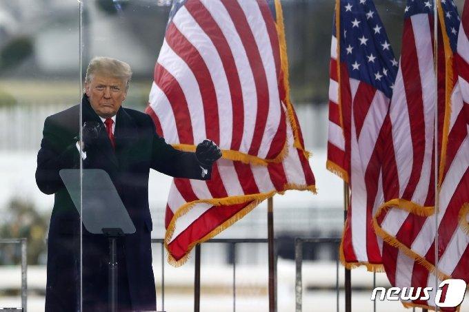 도널드 트럼프 미국 대통령이 6일(현지시간) 워싱턴 백악관 인근 엘립스 공원에서 열린 지지자들의 '도둑질을 멈추라' 집회에 참석을 하고 있다. © AFP=뉴스1 © News1 우동명 기자