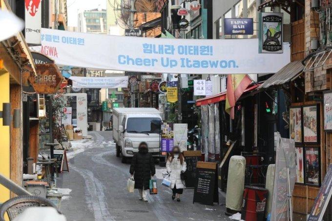 [서울=뉴시스]이윤청 기자 = 10일 서울 용산구 이태원 거리가 한산하다. 2021.01.10. radiohead@newsis.com