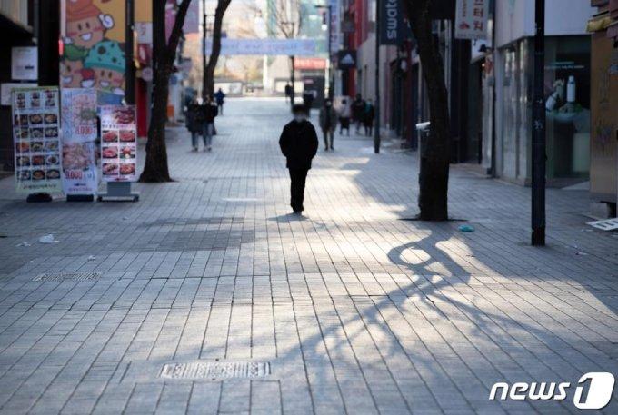 (서울=뉴스1) 이재명 기자 = 신종 코로나바이러스 감염증(코로나19) 예방을 위한 거리두기 지침 완화 첫 주말인 24일 오전 서울 중구 명동거리가 한산한 모습을 보이고 있다. 2021.1.24/뉴스1