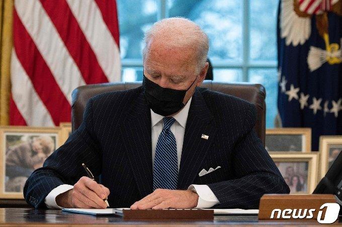 조 바이든 미국 대통령이 25일(현지시간) 워싱턴 백악관에서 트랜스젠더의 군 복무를 다시 허용하는 행정명령에 서명을 하고 있다. © AFP=뉴스1 © News1 우동명 기자