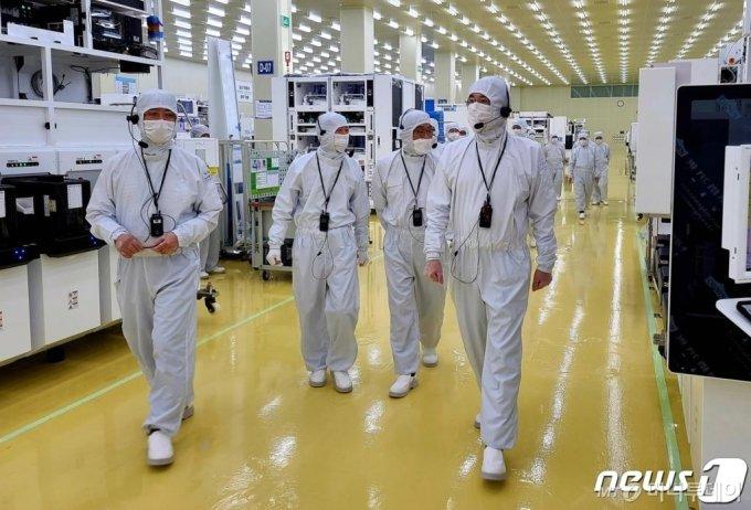 (서울=뉴스1) = 이재용 삼성전자 부회장이 30일 삼성전자의 반도체부문 자회사인 세메스(SEMES) 천안사업장을 방문, 반도체 및 디스플레이 제조장비 생산 공장을 살펴보고 있다. (삼성전자 제공) 2020.6.30/뉴스1
