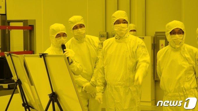 이재용 삼성전자 부회장(오른쪽 두번째)이 지난 1월 4일 경기도 평택에 위치한 반도체 사업장을 방문, EUV(극자외선) 전용라인을 점검하고 있다./사진제공=삼성전자