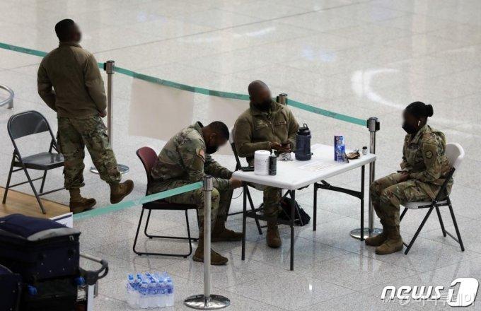 (인천공항=뉴스1) 정진욱 기자 = 주한미군이 신종 코로나바이러스 감염증(코로나19) 전수검사가 이뤄지고 있는 군산기지에 '이동제한령'을 추가 연장했다. 군산기지에서 발생한 코로나19 확진자는 총 35명이다. 이 중 30명은 해외입국 사례고, 5명은 영내에서 양성 판정을 받았다. 주한미군은 군산기지 이외에도 확진자가 나온 용산·평택기지에 '자택 대기령'을 적용하는 중이다. 사진은 26일 인천국제공항 제2터미널에 있는 미군의 모습. 2021.1.26/뉴스1