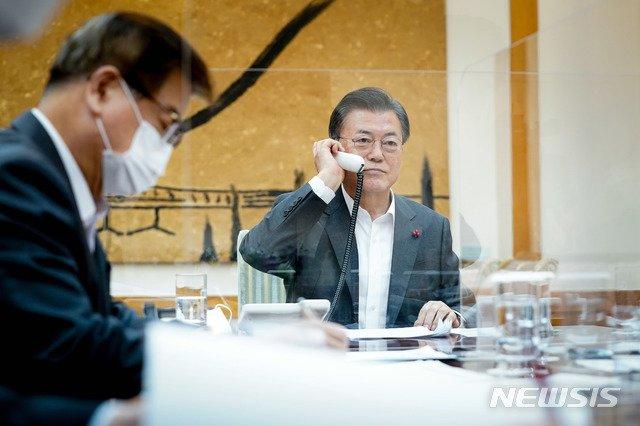 [서울=뉴시스]문재인 대통령이 26일 오후 청와대에서 시진핑 중국 국가주석과 통화하고 있다. (사진=청와대 제공) 2021.01.26. photo@newsis.com
