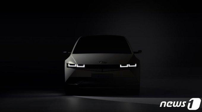 (서울=뉴스1) = 현대자동차가 전용 전기차 브랜드 아이오닉의 첫 번째 모델인 '아이오닉 5(IONIQ 5, 아이오닉 파이브)'의 외부 티저 이미지를 13일 최초 공개했다.  아이오닉 5는 현대차그룹의 전기차 전용 플랫폼인 E-GMP(Electric-Global Modular Platform)를 최초로 적용한 모델이다.   E-GMP는 전기차만을 위한 최적화된 구조로 설계돼 차종에 따라 1회 충전으로 최대 500km 이상 주행할 수 있으며 800V 충전 시스템을 갖춰 초고속 급속충전기 사용시 18분 이내 80% 충전이 가능한 세계 최고 수준의 신규 플랫폼이다. (현대차 제공) 2021.1.13/뉴스1