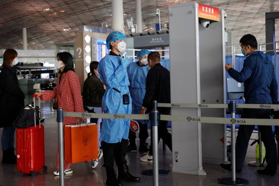 지난해 11월 중국 베이징 캐피탈 공항에서 의료진들이 입국자의 체온을 확인하고 있다. /사진=로이터
