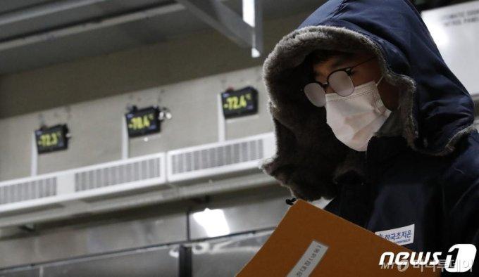 2월부터 시작되는 신종 코로나바이러스 감염증(코로나19) 백신 접종을 앞두고 26일 오후 경기 평택시 한국초저온 오성냉동물류단지 내 백신 보관을 위한 초저온 창고에서 직원들이 업무를 보고 있다./사진=뉴스1
