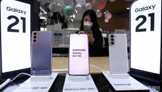 삼성전자 플래그십 스마트폰 '갤럭시S21' 시리즈. / 사진=김휘선 기자 hwijpg@