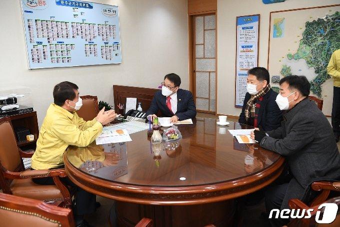 27일 이종성 국민의힘 국회의원(왼쪽 두번째)이 전북 완주군을 방문해 박성일 군수 등을 만나고 있다.(완주군제공)2021.1.26/뉴스1