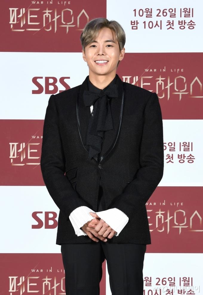 배우 박은석이 22일 오후 온라인 생중계로 진행된 SBS 월화드라마 '펜트하우스' 제작발표회에 참석해 포즈를 취하고 있다, /사진제공=SBS