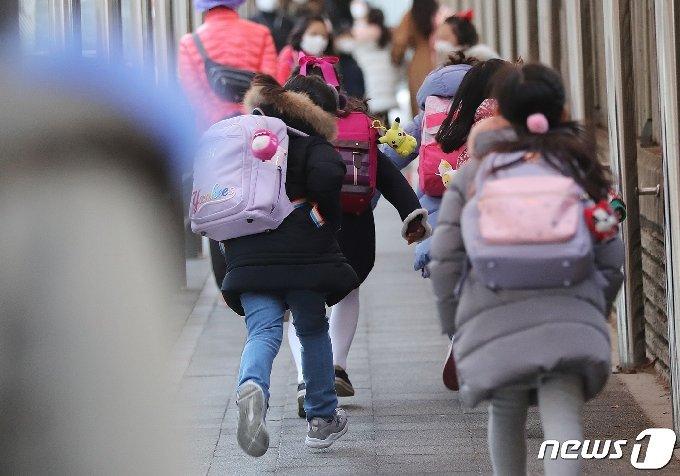 27일 오전 서울 한 초등학교에서 학생들이 등교하고 있다. 2021.1.27/뉴스1 © News1 이성철 기자