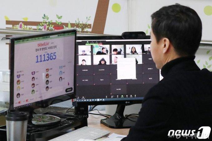 서울 노원구 선곡초등학교에서 허명 선생님이 5학년 1반 어린이들과 1교시 국어수업을 원격으로 진행하고 있다. /사진=뉴스1