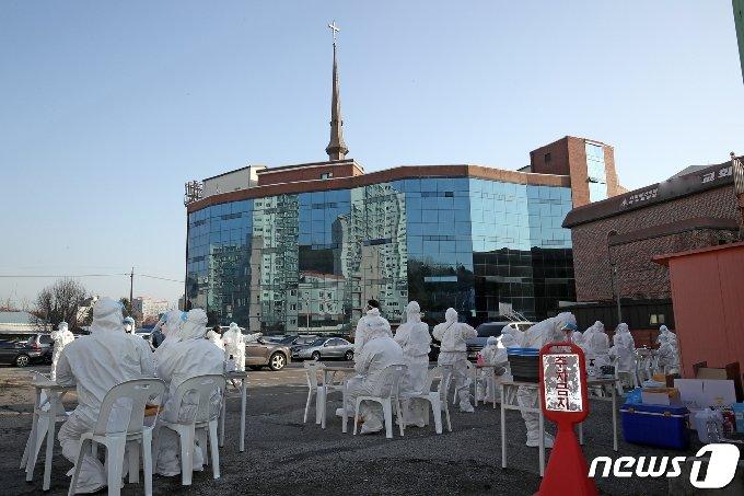 [사진] 광주안디옥교회 주차장에 설치된 선별진료소