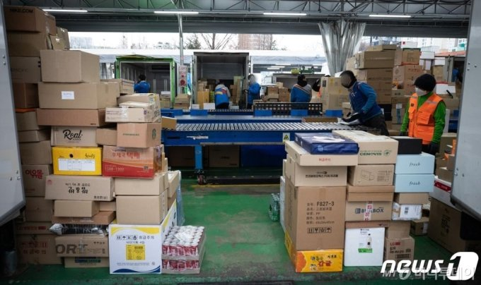 28일 서울시내 한 택배 물류센터에서 택배 노동자들이 배송 준비작업을 하고 있다./사진=뉴스1