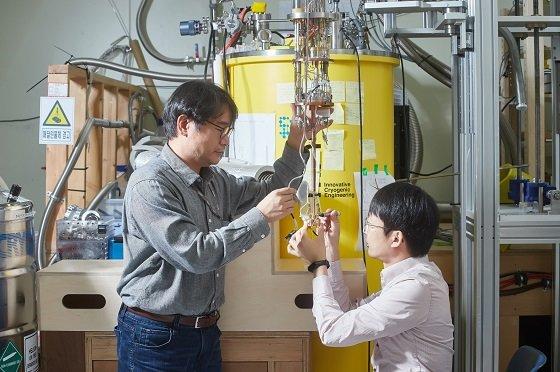 KRISS 연구팀이 단전자 펌프 소자 실험을 진행하고 있다/사진=KRISS