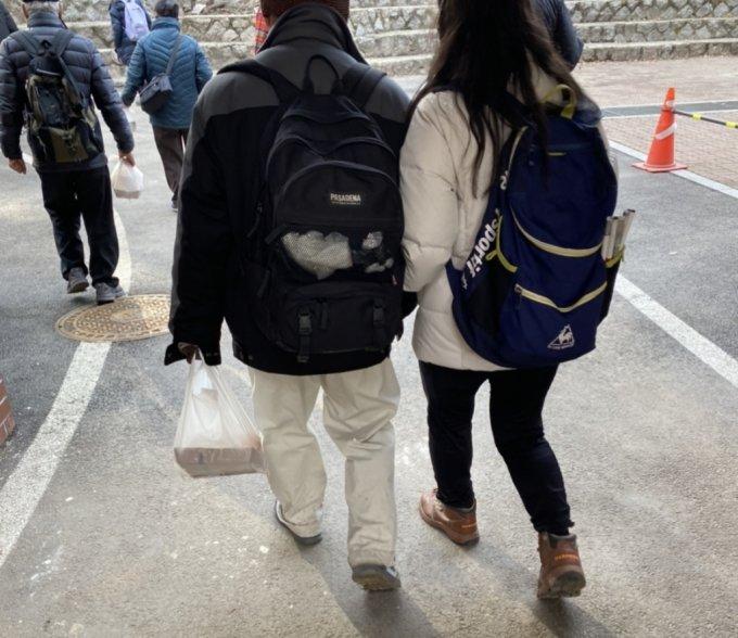 서로를 의지하며, 도시락을 챙겨서 천천히 걷던 두 사람. 한 분은 시각장애인이라고 했다./사진=남형도 기자