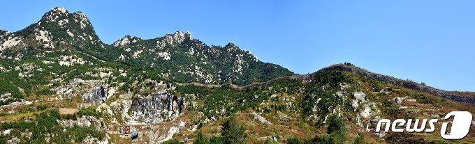 송악산 능선에 남아 있는 발어참성(勃禦塹城)의 서쪽 성곽 모습. 발어참성은 고려가 성립되기 전인 896년에 축조된 성으로 외성 성벽을 겸하고 있는 북벽, 서벽과 동벽의 북쪽 일부 구간만이 남아있다. (미디어한국학 제공) 2021.01.30.© 뉴스1