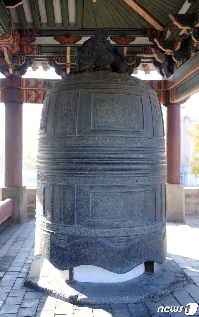 내성의 남문인 남대문에 옮겨져 걸려 있는 연복사종. 14세기에 주조된 동종(銅鐘)으로 지름 1.9m, 높이 3.12m, 두께 0.23m, 무게 약 14톤의 큰 종이다. (미디어한국학 제공) 2021.01.30.© 뉴스1