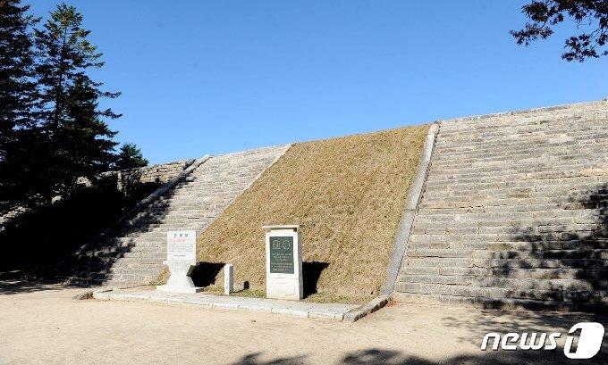 고려 왕궁터인 만월대로 올라가는 4개의 계단. 33단으로 된 4개의 계단을 오르면 기본 정전인 회경전터가 나온다. (미디어한국학 제공) 2021.01.30.© 뉴스1